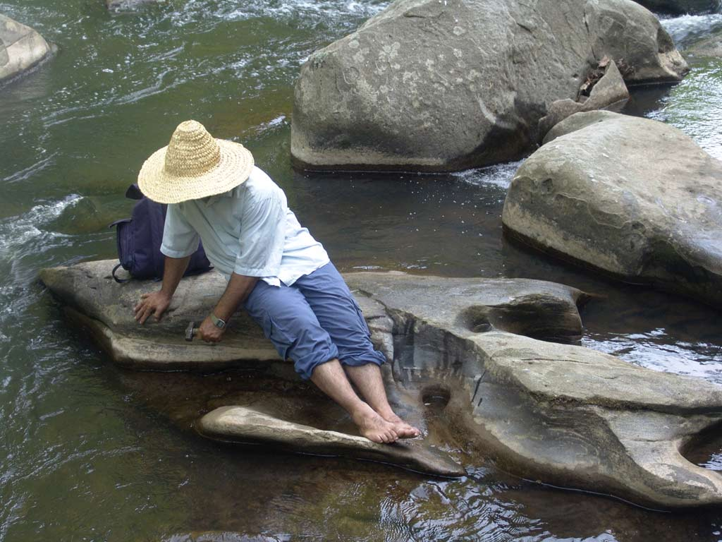 احمد نادعلیان در حال انجام هنر محیطی در روزدخانه راک کراک ریور واشینگتن دی سی امریکا