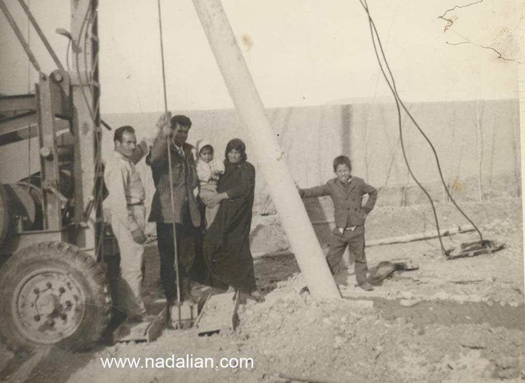 در یک سفر عمو فریدون من مادر و مادر بزرگم را به محل کار پدرم برد.