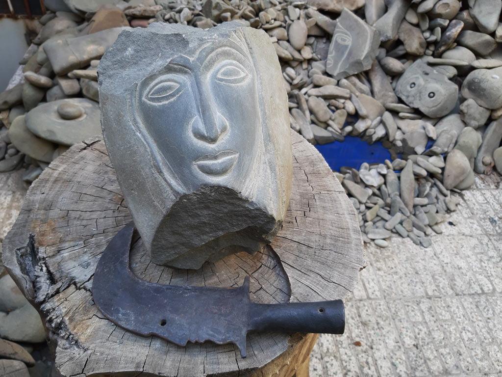 احمد نادعلیان، الهه زخمی، حجاری بر سنگ، جابجا شده از طبیعت به نگارخانه