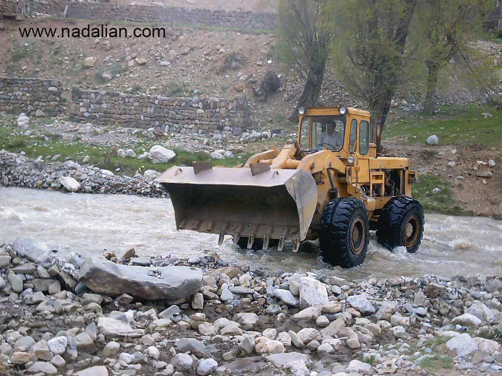 لودر در رودخانه، در حال تخریب طبیعت و آثار هنری احمد نادعلیان