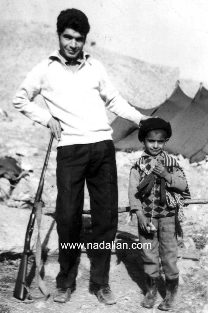 من و عمو فریدون در ییلاق گل زرد: بعد از پدر من عمو فریدون دوربین عکاسی داشت. بهترین عکس های فایل را او تهیه کرد.