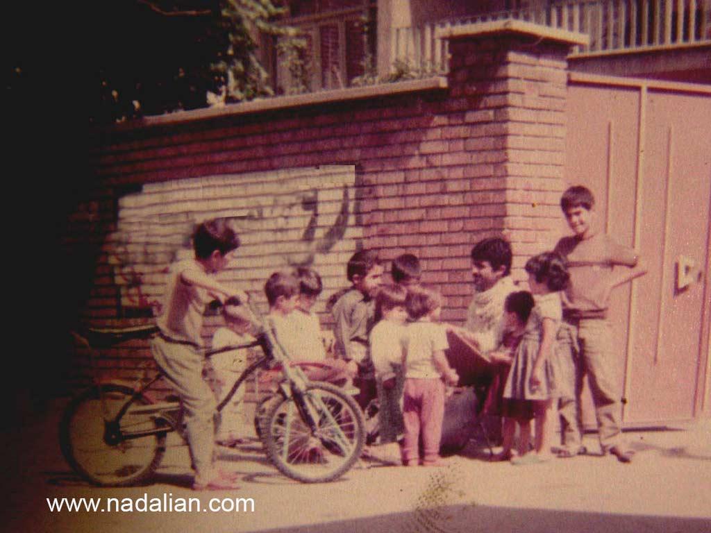 احمد نادعلیان در حال طراحی از بچه های محله کوچه مسجد علوی (شهید صاحب الزمانی) در محله پیروزی تهران