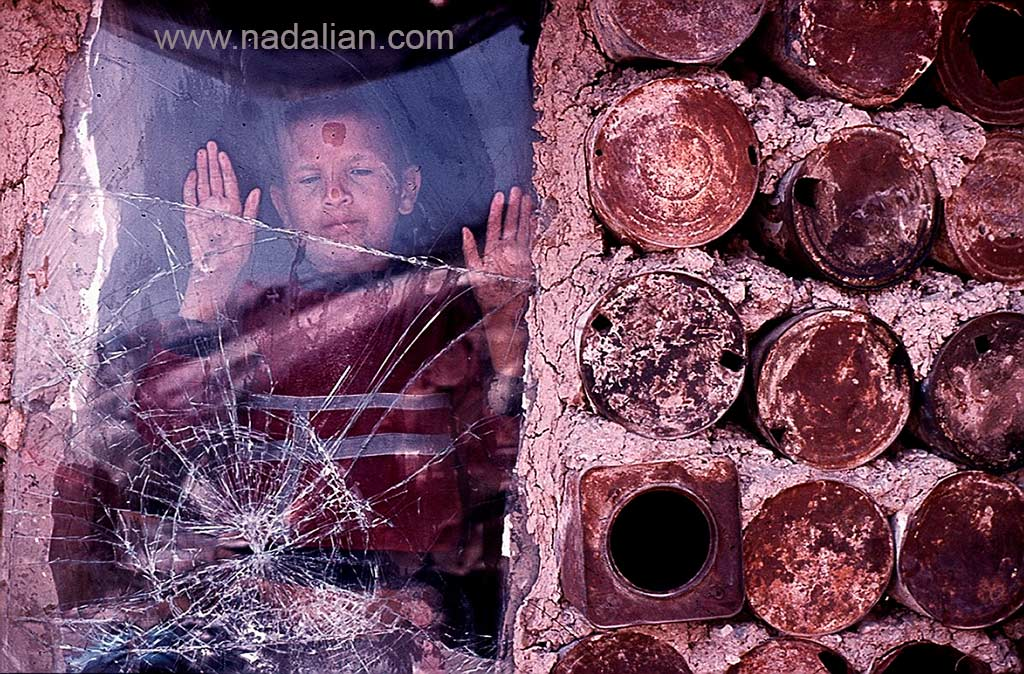 کودک نابینا در پشت شیشه شکسته ماشین به عنوان پنجره، حلبی آباد کنار قنات و باغ سلیمانی انتهای خیابان نبرد پیروزی در نزدیکی مجتمع تاکسیرانی فعلی