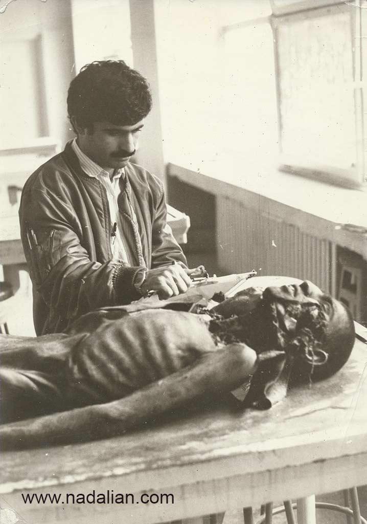 احمد نادعلیان در حال طراحی از یک جسد، دانشکده پزشکی دانشگاه تهران، تابستان 1363
