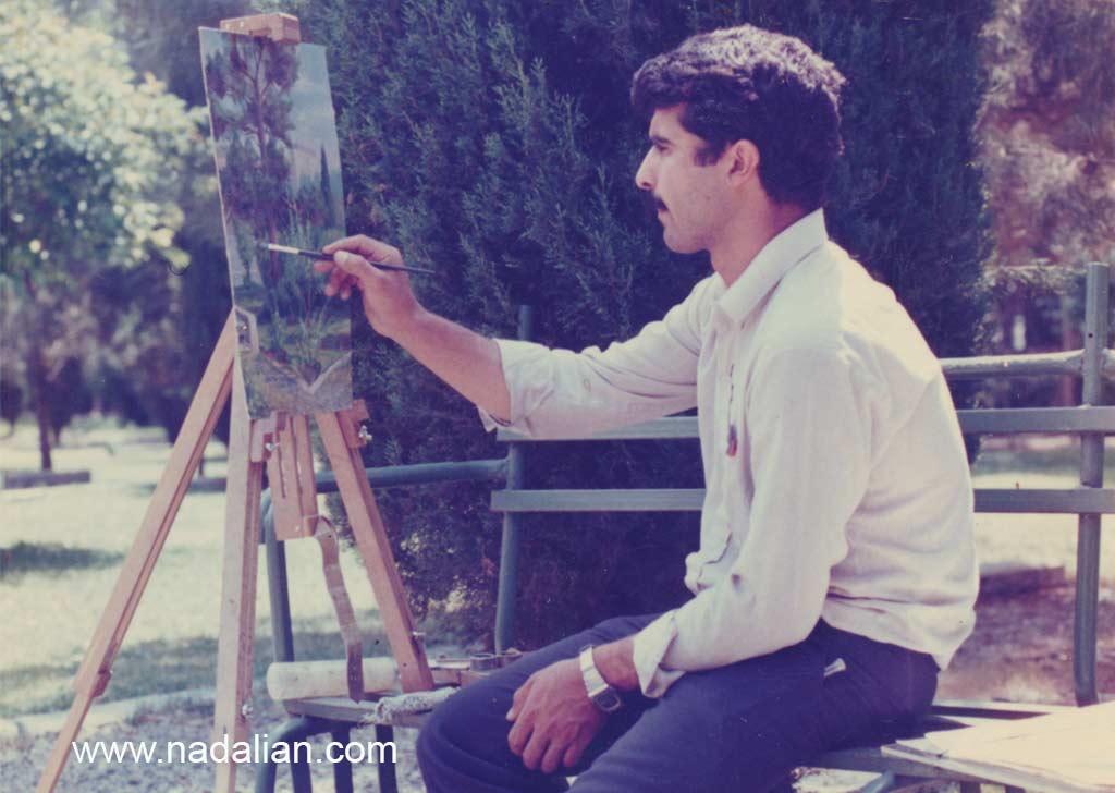 احمد نادعلیان، دانشجوی دانشکده هنرهای زیبا، در حال نقاشی از محوطه جنوب غربی دانشگاه تهران
