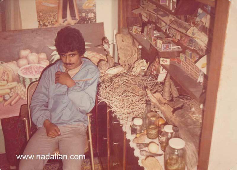 احمد نادعلیان در اتاقی که کلکسیون کبریت، تمبر، سنگ، چوب ، صدف، سکه، و دهها نوع خرت و پرت جمع آوری شده بود.