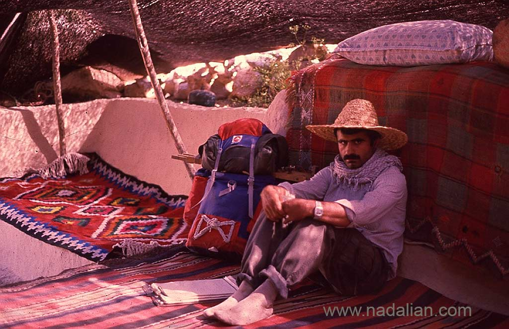 احمد نادعلیان در یک سیاه چادر سنگسری، ییلاق گل زرد، همان محلی که در دوران کودکی با بزغاله ها بازی می کرد.