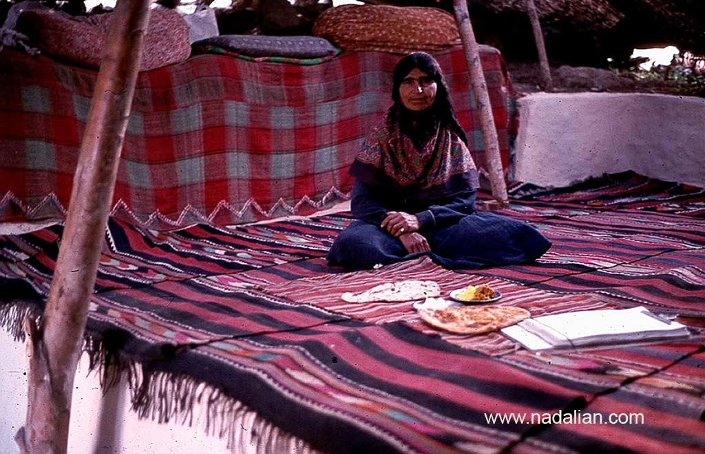 طاهره خانم در سیاه چادر سنگسری، ییلاق گل زرد، محل سیاه چادر (گُوتکِمال) قدیمی خانواده ما