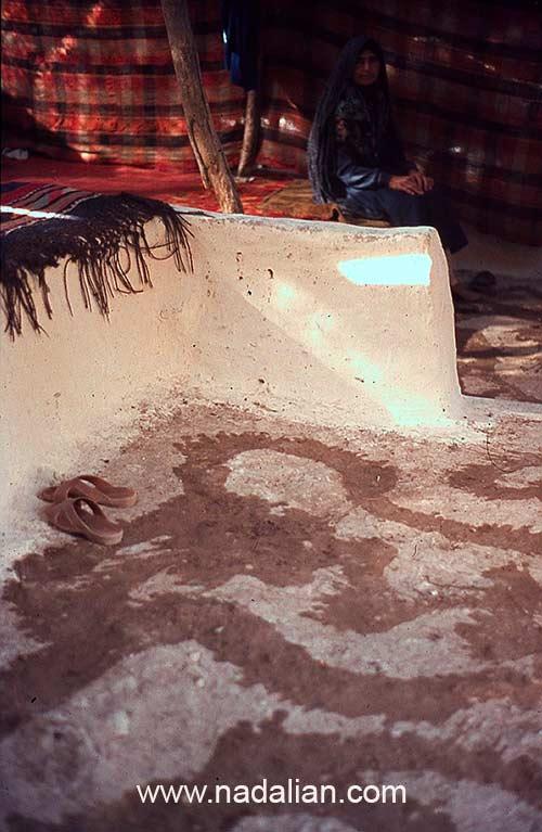آب پاشی طاهره خانم در سیاه چادر سنگسری، ییلاق گل زرد، محل سیاه چادر (گُوتکِمال) قدیمی خانواده ما