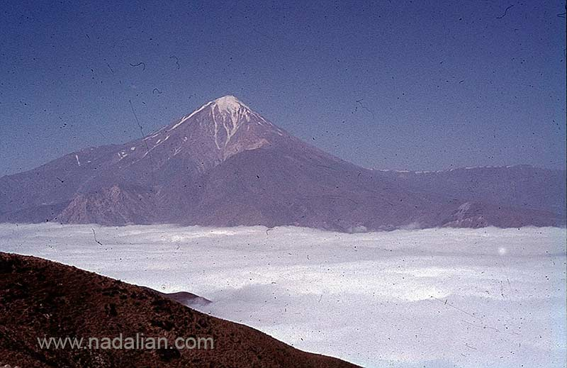 """نمای کوه دماوند و ابرها در پایین در ارتقاعات ییلاق سنگسری """"مُوزون"""""""