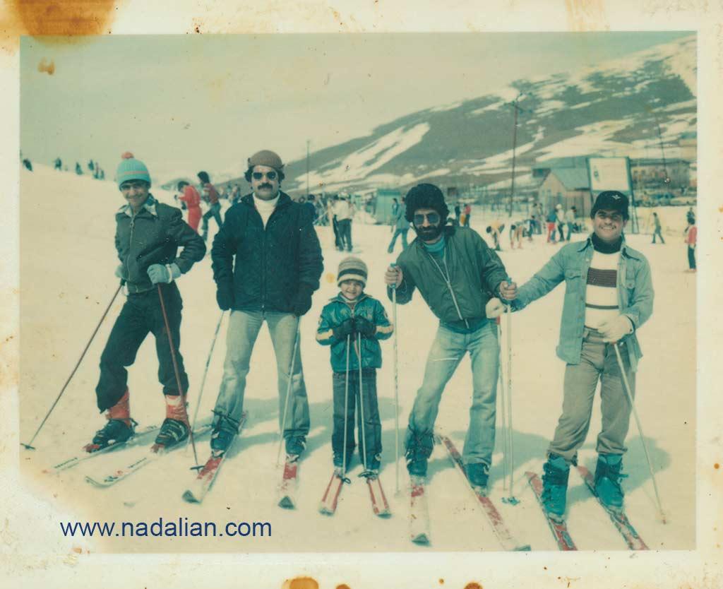 اسکی در پیست آبعلی از سمت چپ احمد نادعلیان، عمو فریدون، پسر عمو مهدی، عمو علی بابا، و عمو عابدین در سال 1357