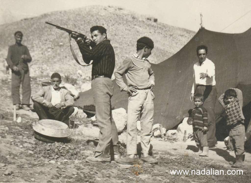 من در سمت چپ تصویر هستم. پشت سر من علی اصغر ربانی ایستاده است. پسرعمه پدرم فقط برای عکس گرفتن با تفنگ نشانه می گیرد.