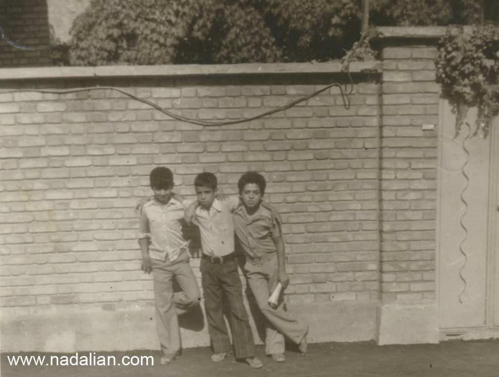 احمد نادعلیان و بچه های مخل در کوچه مسجد علوی (شهید صاحب الزمانی) خیابان پیروزی