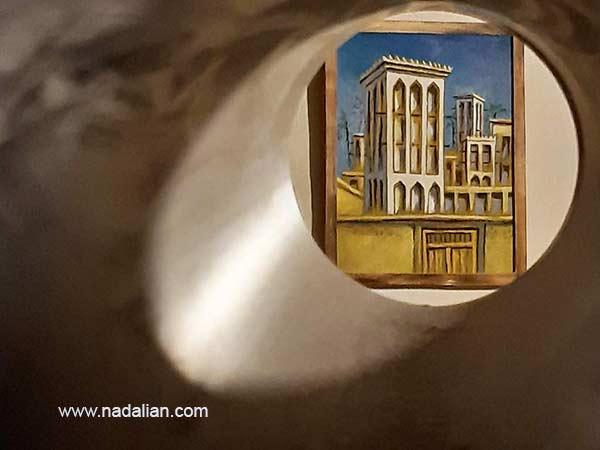 نقاشی بادگیر داخل خانه دکتر نادعلیان در بندر تاریخی لافت. از یک روزنه کوچک بیرون خانه دیده می شود