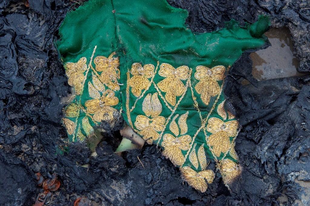 شلوار گلابتون دوزی شده کهنه که در ساحل دریا سورانیده شده است. بالا آمدن با در هنگام مد دریا موجب شده قسمتی سالم بماند. این بخش یر روی بوم چسبانیده شده است و در مجموعه نادعلیان نگهداری می شود.