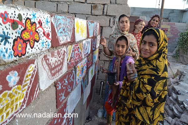 کودکان در حال انجام نقاشی دیواری در محیط اطزاف موزه دکتر نادعلیان