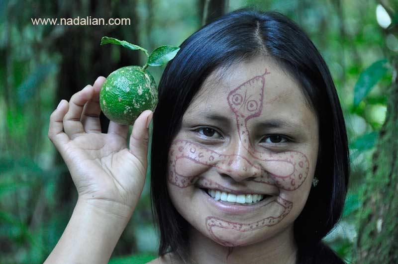 طراحی نقش مار بر روی چهره دختر اکوادوری با خاک سرخ جزیره هرمز