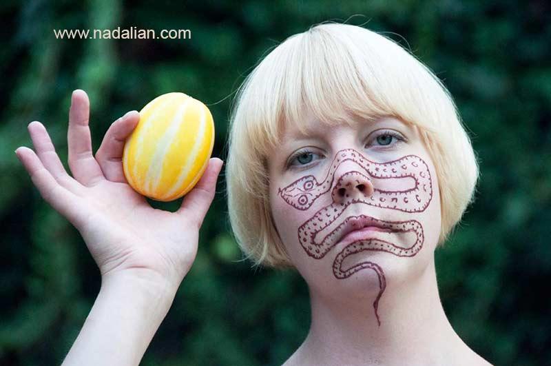 طراحی نقش مار بر روی چهره دختر فنلاندی با خاک سرخ جزیره هرمز