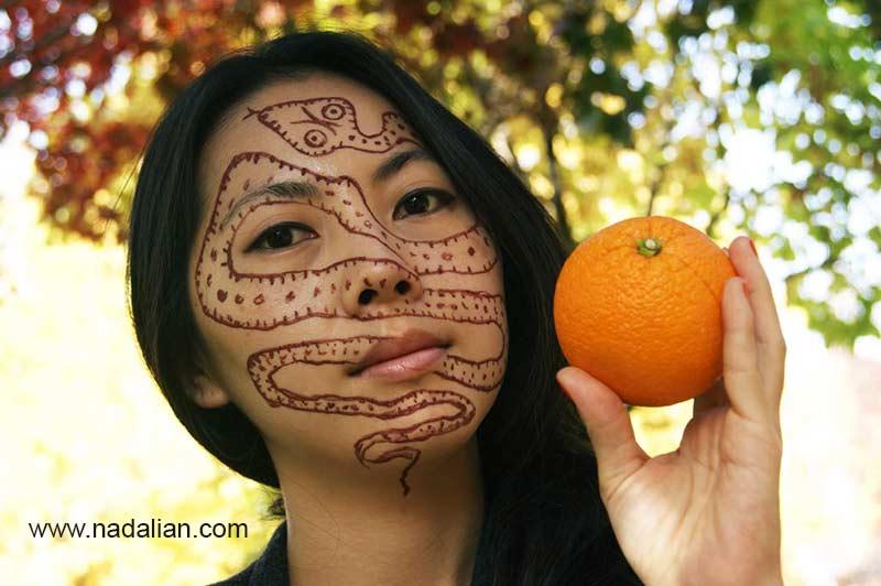 طراحی نقش مار بر روی چهره دختر کره جنوبی با خاک سرخ جزیره هرمز