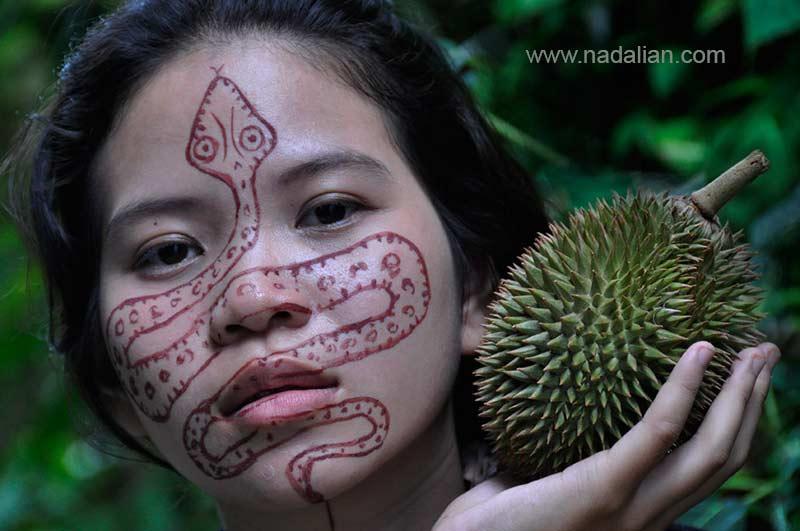 طراحی نقش مار بر روی چهره دختر تایلندی با خاک سرخ جزیره هرمز