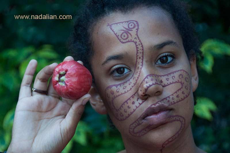 طراحی نقش مار بر روی چهره دختر افریقایی با خاک سرخ جزیره هرمز