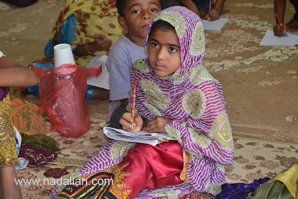 دختر شرکت کننده در دوره های آموزش فرهنگ، محیط زیست، آفرینش هنری و زبان انگلیسی در موزه دکتر احمد نادعلیان، جزیره هرمز