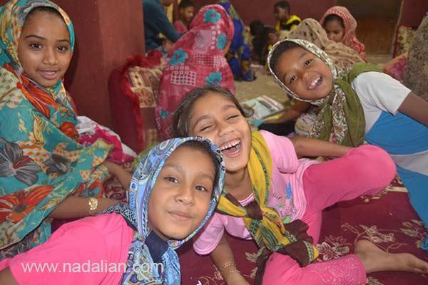 دخترهای خندان شرکت کننده در دوره های آموزش فرهنگ، محیط زیست، آفرینش هنری و زبان انگلیسی در موزه دکتر احمد نادعلیان، جزیره هرمز