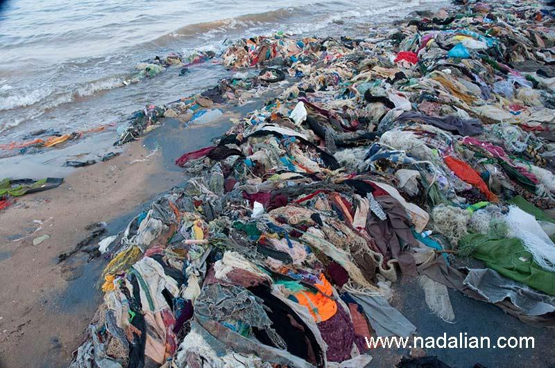 تباب بندر، محلی که لباس ها و شلوارهای گلابتون دوزی شده کهنه در داخل آب دریا رها می شد.