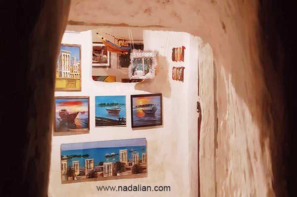 نقاشی های داخل خانه دکتر نادعلیان در بندر تاریخی لافت. از پنجره کوچک بیرون خانه دیده می شود