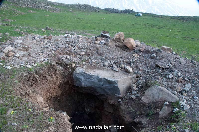 پس از مدتی سنگ نگاره های احمد نادعلیان با دستگاه از سنگ بزرگ جدا شده و سرقت شد.
