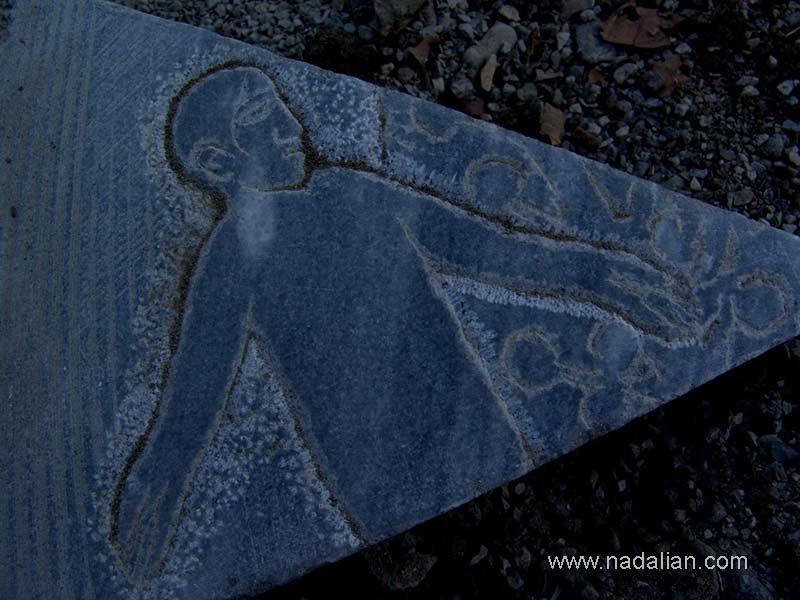 سنگ برش خورده توسط پیمانکاری که مسئول نصب سنگها بود.