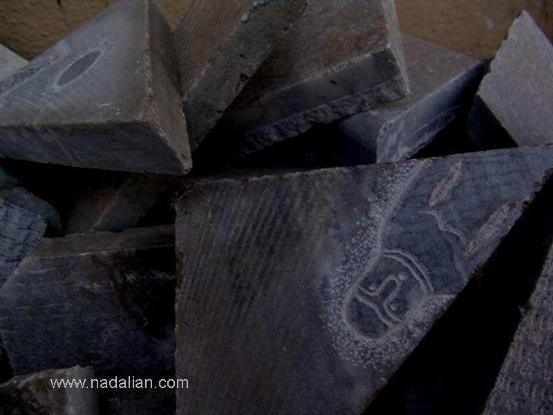 سنگ های برش خورده توسط پیمانکاری که مسئول نصب سنگها بود.
