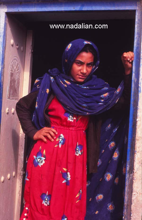 دختر در مقابل درب چوبی سنتی ، غرب هرمزگان