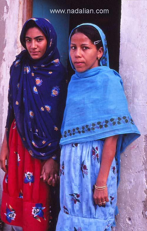 زن جوان و دختر ، غرب هرمزگان