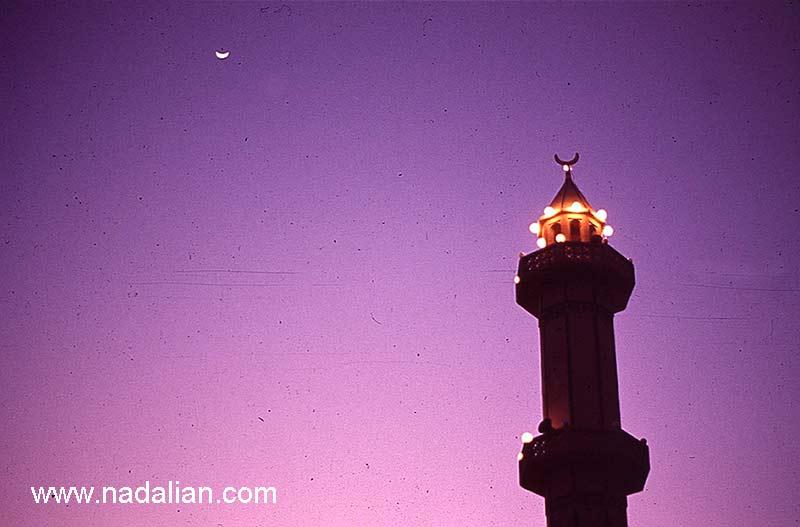 ماه در آسمان و ماه بالای مناره مسجد
