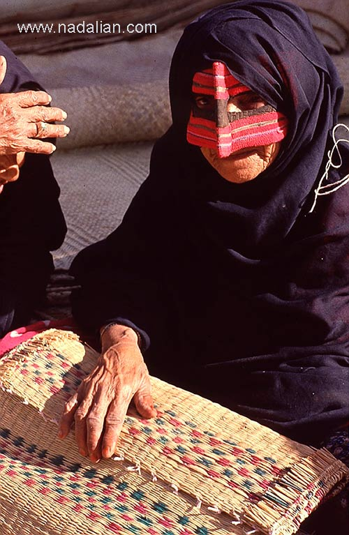 پیرزن در پنجشنبه بازار میناب سال 1365
