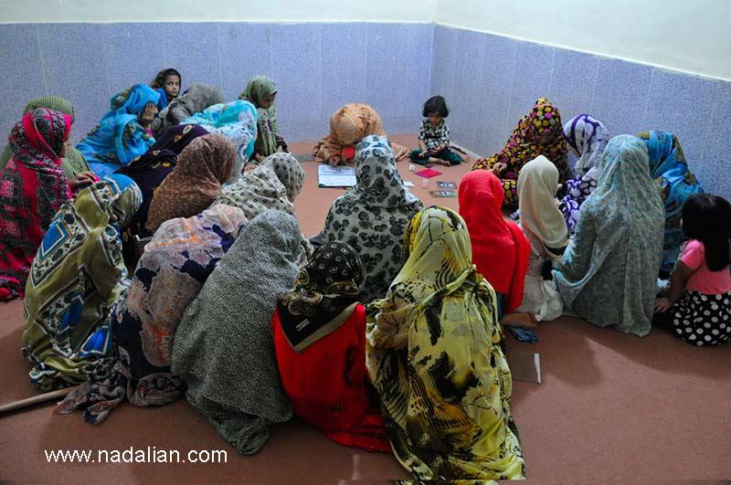 آموزش پارچه نقاشی پشت شیشه، به دختران و زنان در یکی از روستای گوران قشم