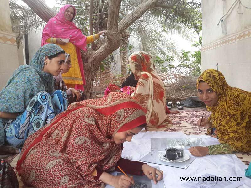اولین دوره آموزش پارچه نقاشی پشت شیشه به دختران روستاهای قشم در سلخ توسط احمد نادعلیان در خانه زینت دریایی