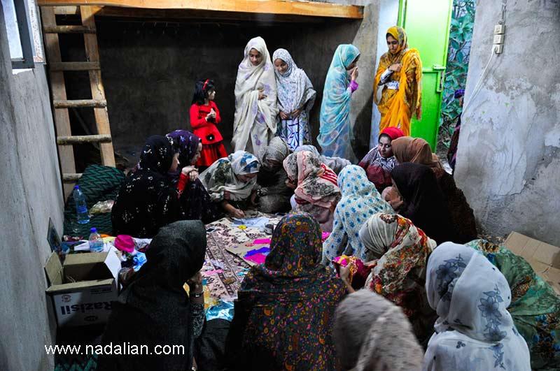دومین دوره آموزش پارچه نقاشی پشت شیشه به دختران روستاهای قشم در سلخ توسط احمد نادعلیان در خانه زینت دریایی