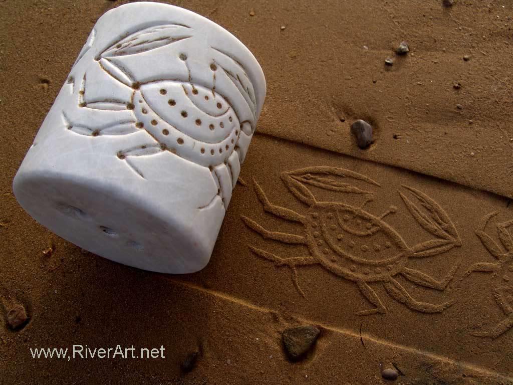 چاپ نقش خرچنگ با استفاده از مهر های استوانه ای احمد نادعلیان بر روی ماسه ساحل دریاچزیره هرمز