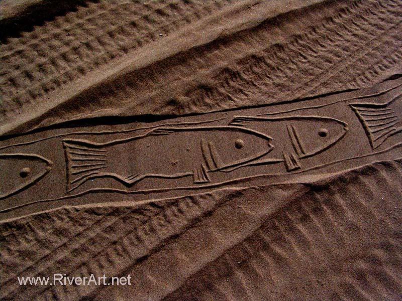 چاپ نقش ماهی ها با استفاده از مهر های استوانه ای احمد نادعلیان بر روی ماسه ساحل دریا