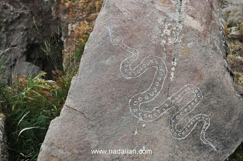 حفاری در کنار یکی از سنگ نگاره های احمد نادعلیان برای پیدا کردن گنج