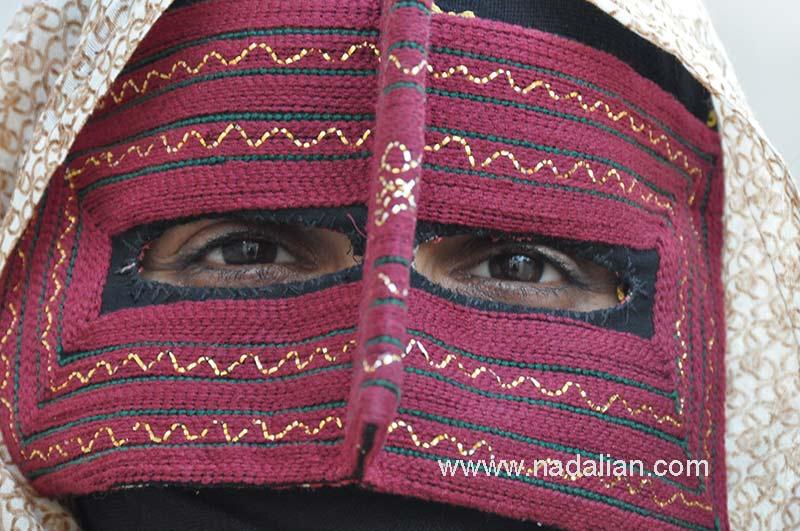 زن با برقع مینابی در جزیره هرمز