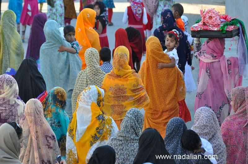 مراسم عروسی (بردن ساخت) در (سلخ) یکی از روستاهای جزیره قشم. لباس های زنان جزیره دارای رنگ های متنوعی است.