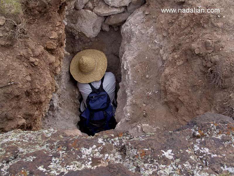 احمد نادعلیان در حال پنهان کردن یکی از آثارش در محل حفاری شده