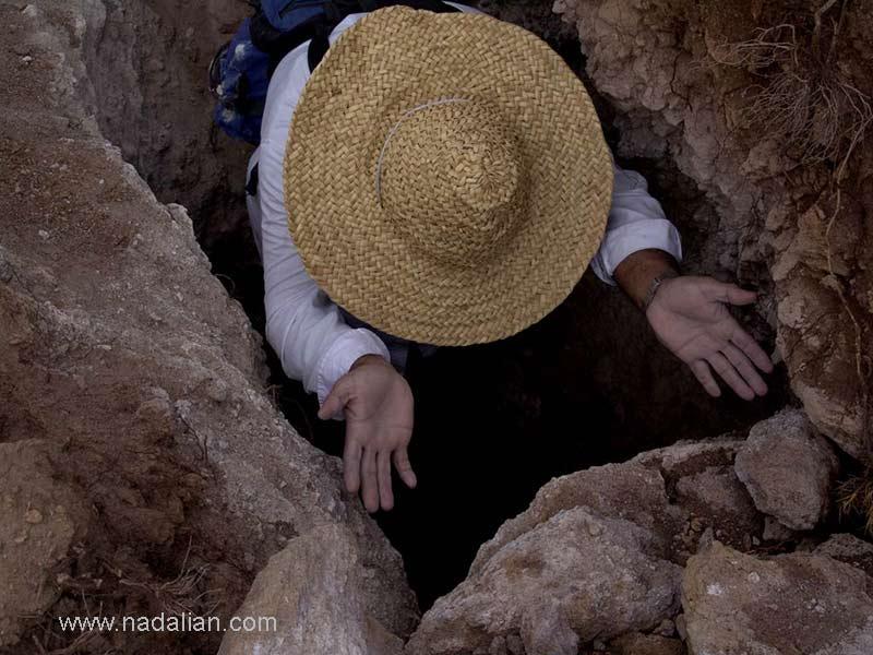 احمد نادعلیان پس ار پنهان کردن یکی از آثارش در محل حفاری شده