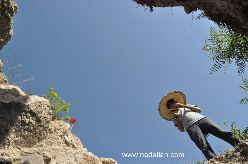 بهزاد پسر احمد نادعلیان در حال تصویر برداری مراحل پنهان کردن یکی از آثارش در محل حفاری شده