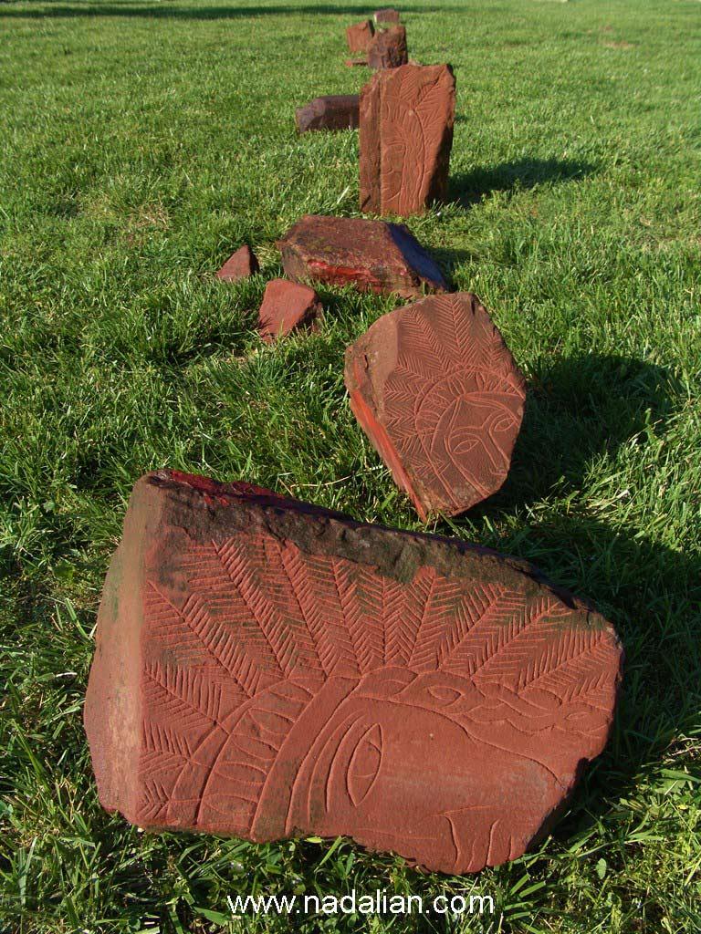 چیدمان سیمای بومیان امریکا (سرخ پوستان) حجاری شده بر سنگهای خرد شده قرمز در شهر کانزاس میسوری امریکا،