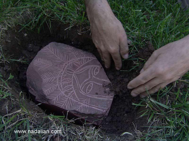 با کمک هنرمندان امریکایی سنگ ها در یکی از میادین شهر دفن شدند. این مجموعه اشاره به قومی بود که که تاریخشان نادیده گرفته شده است.