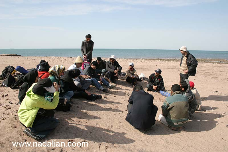 جلسه توجیهی در نزدیکی اسکله نمک سنگر معدلی، ضلع غربی جزیره هرمز